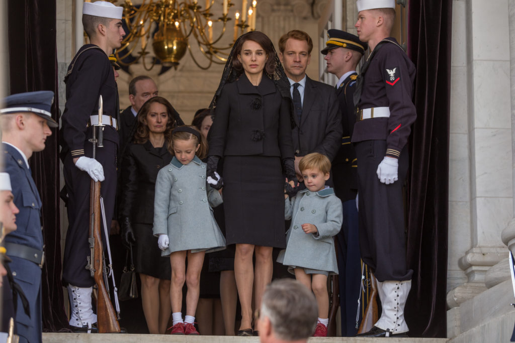 Jackie (Natalie Portman) with her children and brother in law Bobby Kennedy (Peter Sarsgaard).