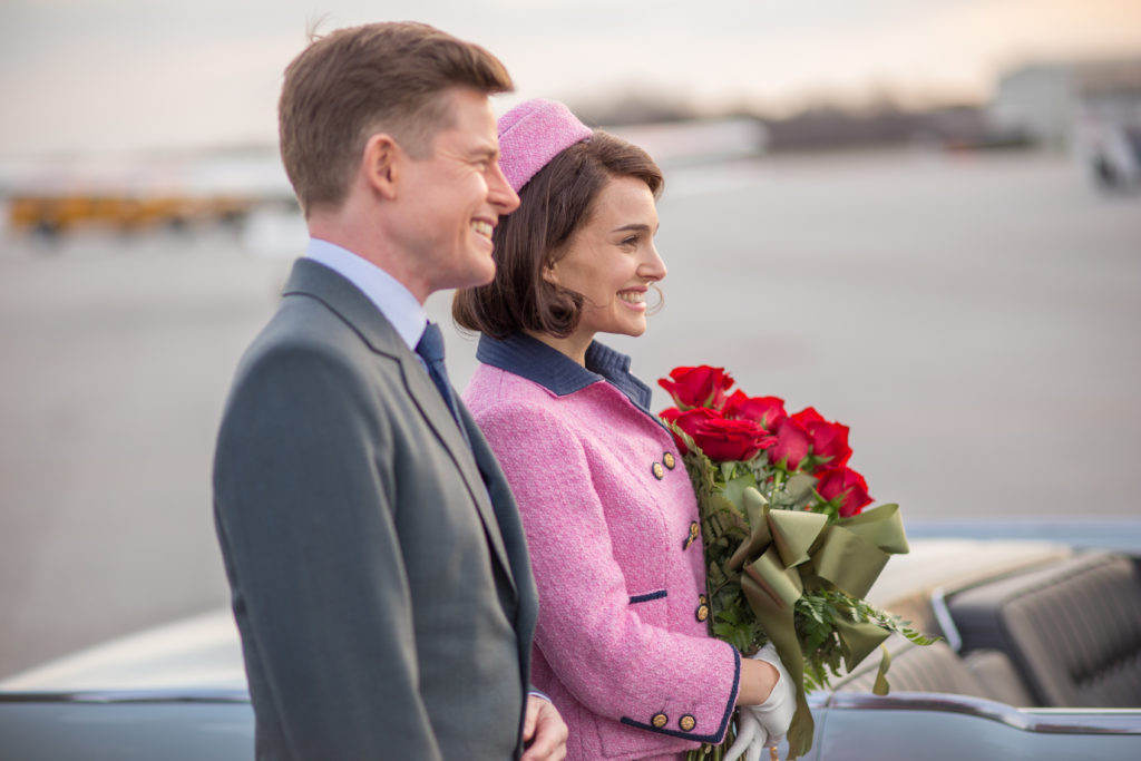 JFK (Casper Phillipson) and Jackie (Natalie Portman) arrive in Dallas.